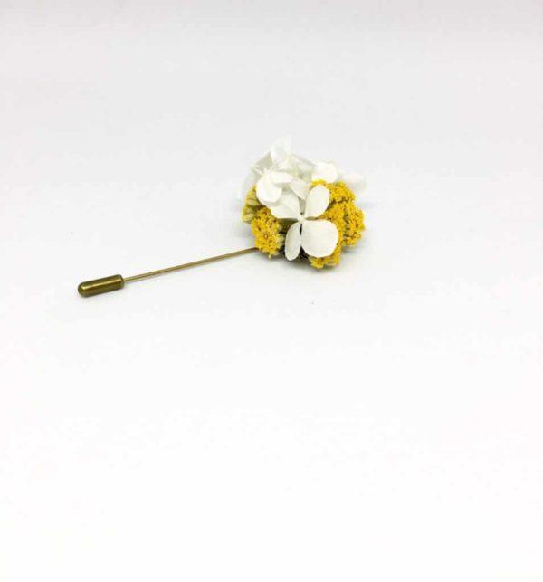 Boutonnière broche Felix en fleurs séchées et stabilisées aux tons jaune et blanc