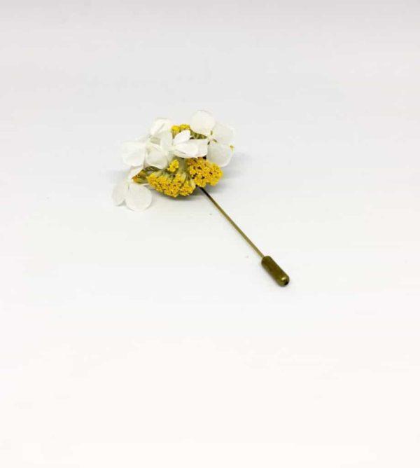 Boutonnière broche Felix en fleurs séchées et stabilisées pour le marié et ses témoins et invités