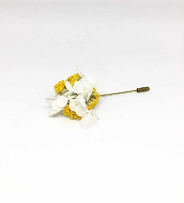 Boutonnière broche Felix en fleurs séchées et stabilisées pour le mariage