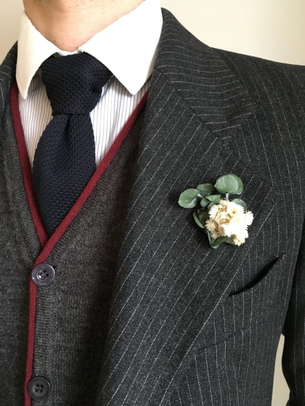 Boutonnière broche Gorgon en fleurs séchées et stabilisées - Les Boutonnières de Joseph