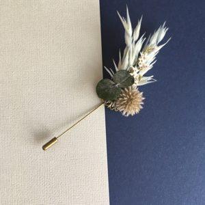 Boutonnière broche Caïus en fleurs naturelles séchées et stabilisées aux tons bleus et gris