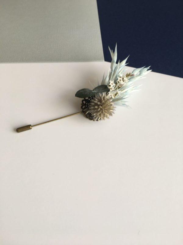 Boutonnière broche Caïus en fleurs naturelles séchées et stabilisées
