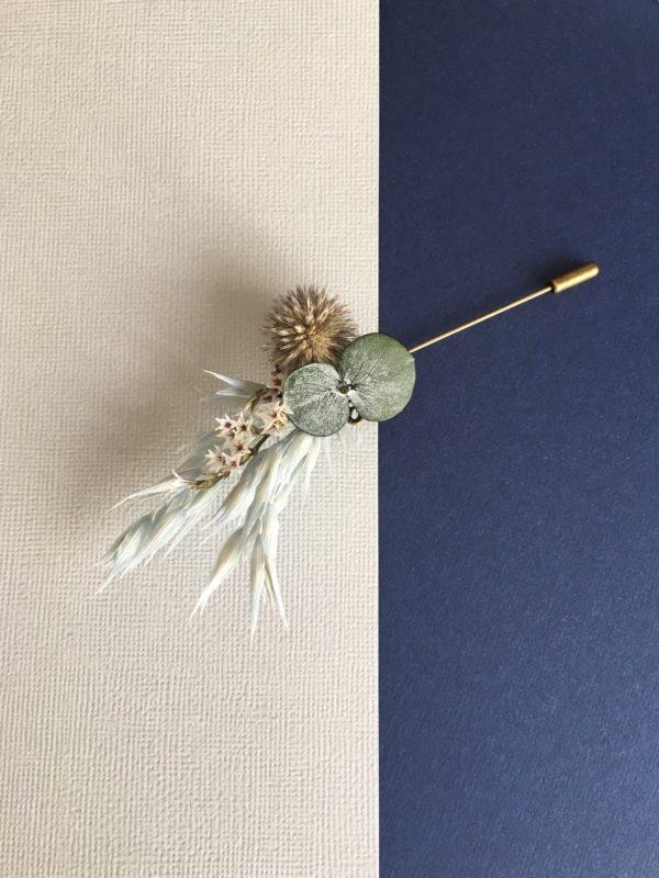 Boutonnière broche Caïus en fleurs naturelles séchées et stabilisées pour le mariage
