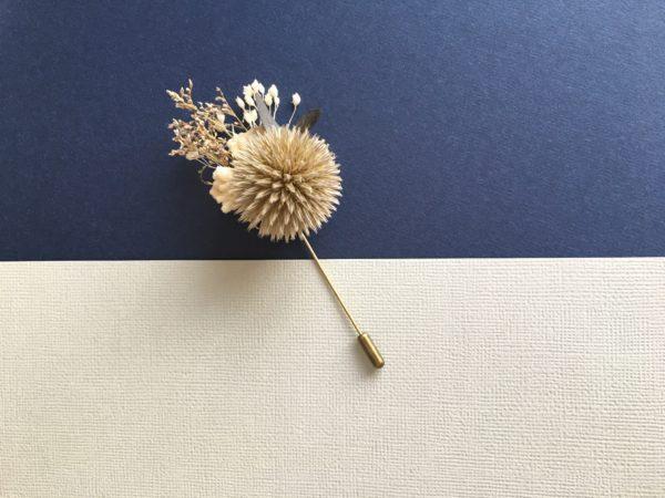 Boutonnière broche Cyr en fleurs naturelles stabilisées aux tons bleu et gris