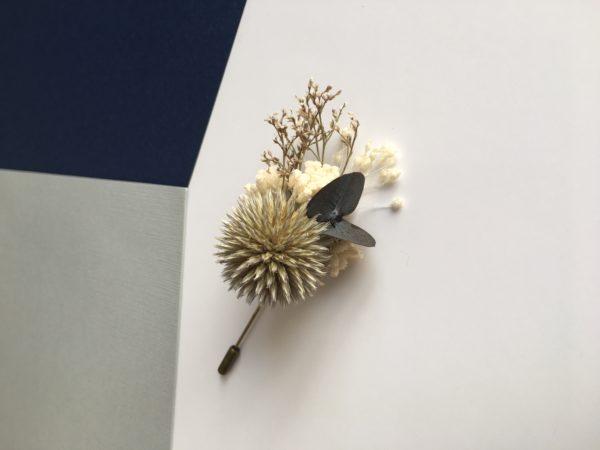 Boutonnière broche Cyr en fleurs naturelles stabilisées et séchées