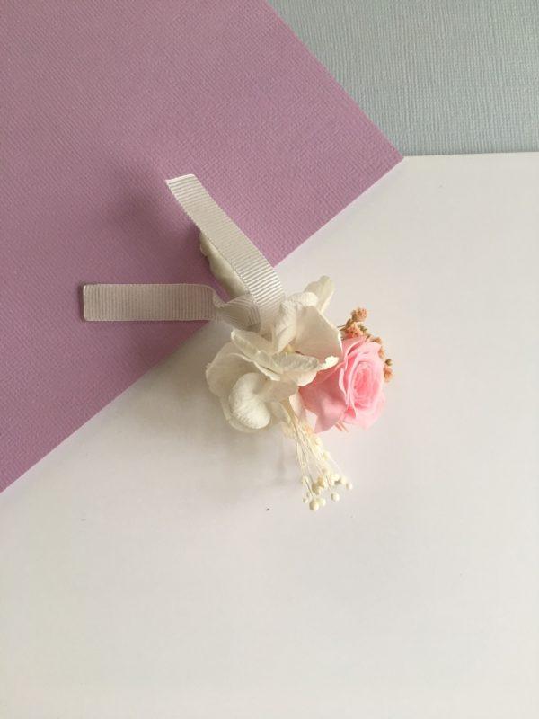 La boutonnière en fleurs Agapit pour mariages chics