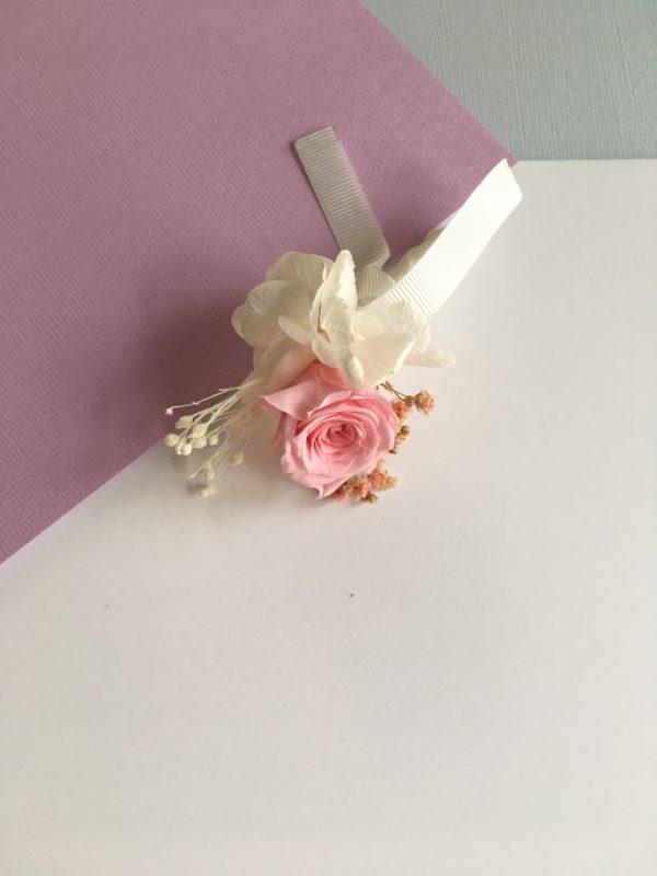 Boutonnière en fleurs Agapit avec son bouton de rose stabilisée, pour les mariées et témoins